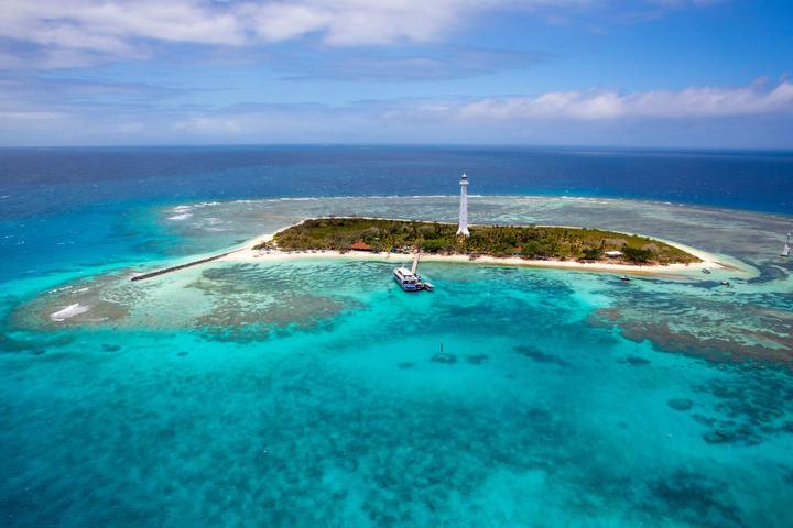 Eine der Sehenswürdigkeiten Neukaledoniens ist der weiße Leuchtturm Phare Amédée, der idyllisch auf einer kleinen Koralleninsel thront.