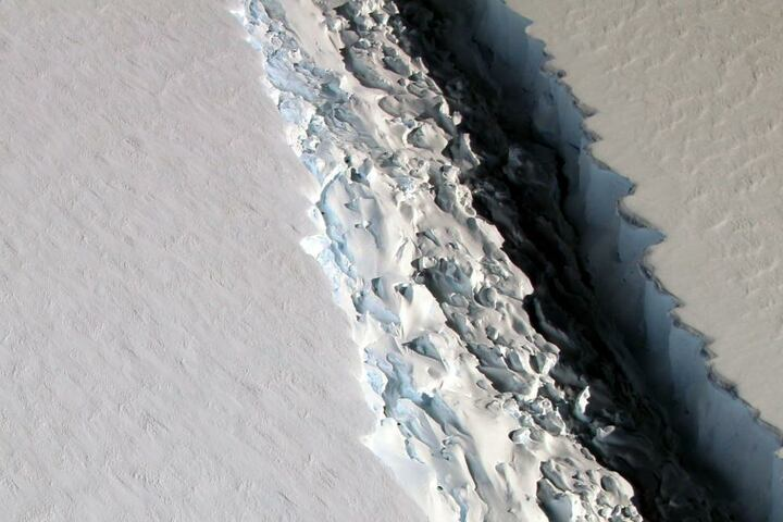 In den letzten Monaten hat sich der Riss noch einmal vergrößert. bald könnte der Eisberg abbrechen.