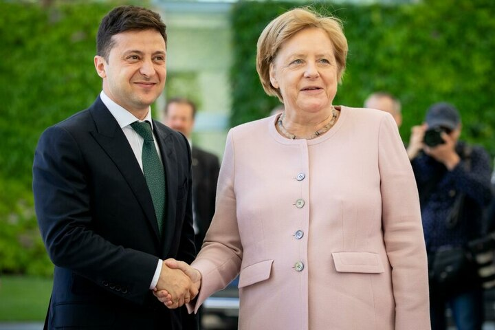 In der vergangenen Woche hatte Merkel bei einem Empfang des neuen ukrainischen Präsidenten Wolodymyr Selenskyj erheblich gezittert.