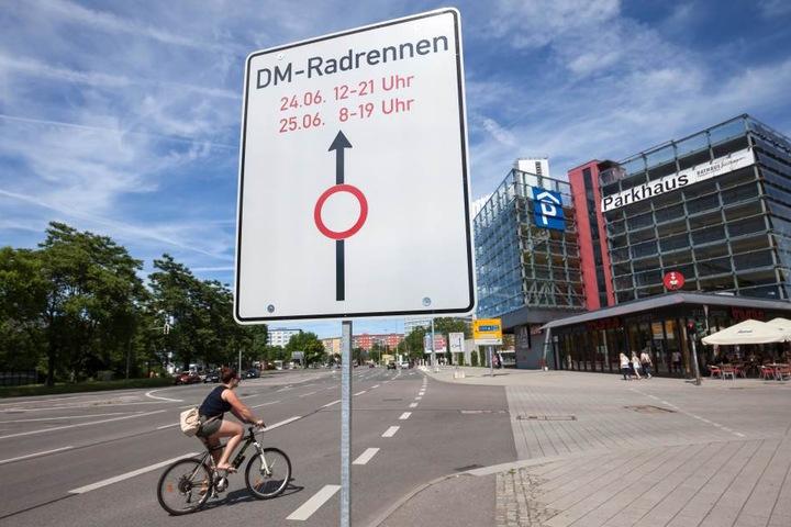 Hinweisschilder in der Innenstadt weisen auf Sperrungen zur Deutschen Meisterschaft im Radrennen hin.