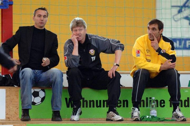 Werner Friese (Mitte) zu seiner Zeit bei Dynamo mit Trainer Peter Pacult (l.) und Fitness-Coach Christian Canestrini (r.).