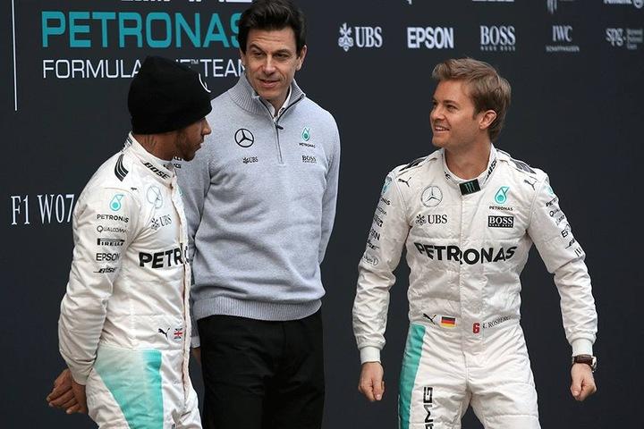 Lewis Hamilton (li.) verhinderte den vorzeitigen Titelgewinn seines Teamkollegen Nico Rosberg (re.). Hier gemeinsam mit Mercedes-Sportdirektor Christian Wolff.