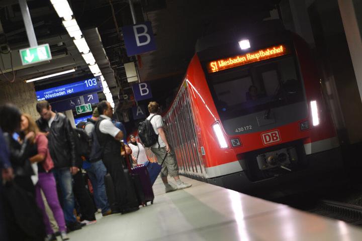 Der öffentliche Nahverkehr in und um Frankfurt ist immens ausgelastet (Symbolbild).
