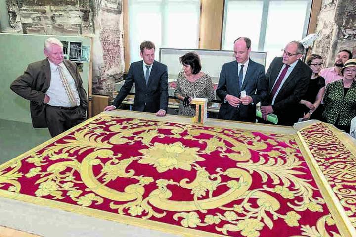 Roter Samt und 24-karätige Goldfäden: Ministerpräsident Michael Kretschmer (2.v.l.) ließ sich Mittwoch von Kunsthistorikerin Sabine Schneider (M.) die überbordenden Brokatstickereien zeigen - alles reine Handarbeit!