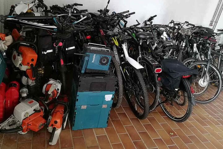 Bei der Durchsuchung wurden auch 20 Fahrräder und mehrere Werkzeuge sichergestellt.