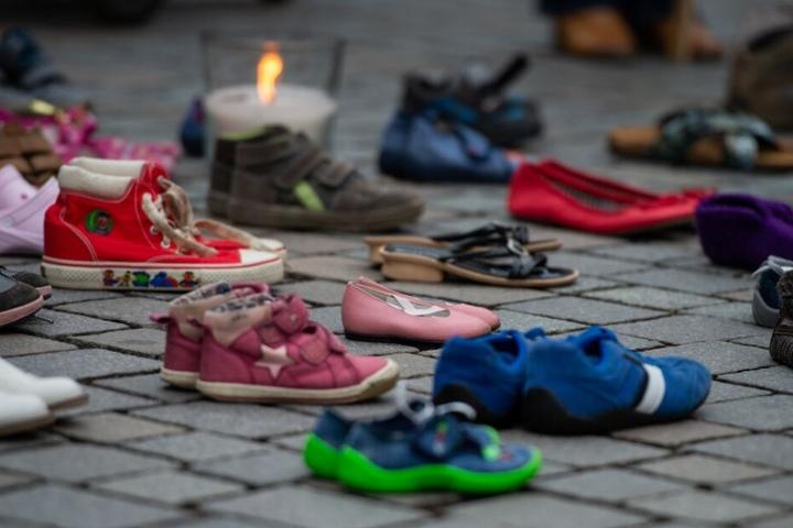 """Bei einer Schweigeaktion für die """"Kinder von Lügde"""" stehen Kinderschuhe auf dem Boden."""