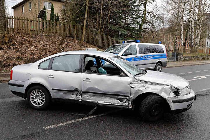 Der VW Fahrer rammte bei seiner Flucht einen Polizeiwagen.
