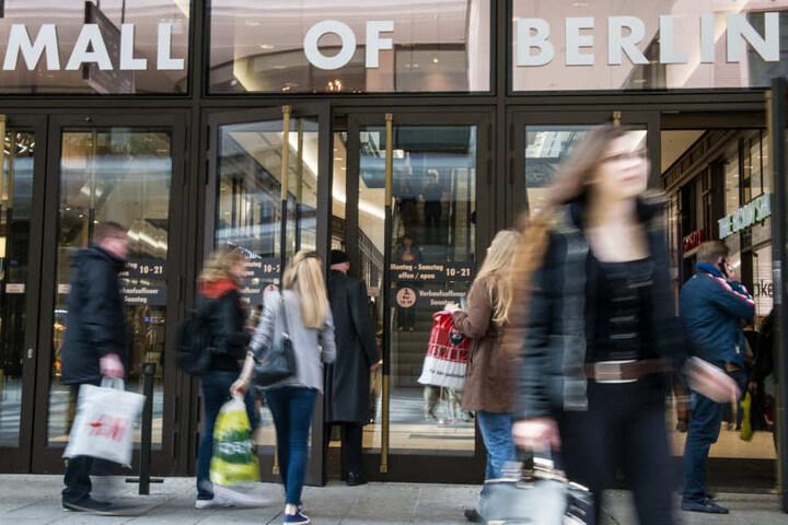 """Passanten gehen in das Einkaufszentrums """"Mall of Berlin""""."""