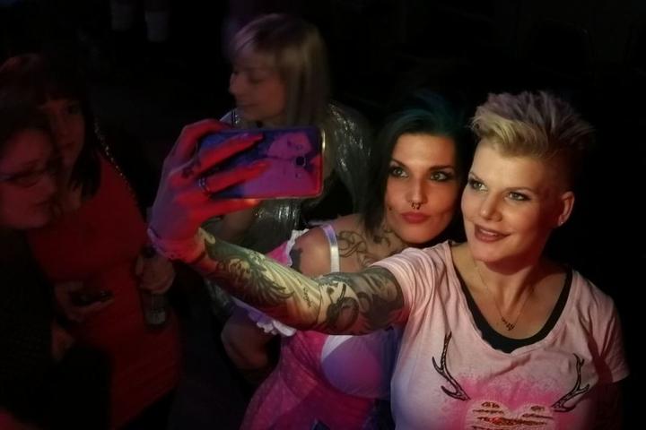 Nach ihrem Auftritt schoss die Ballermann-Sängerin noch Selfies mit ihren Fans und gab Autogramme.