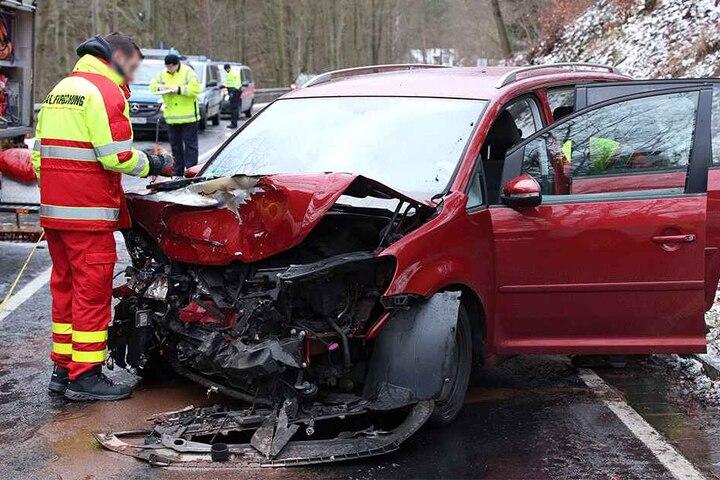 Der VW Touran erlitt dem Anschein nach Totalschaden.
