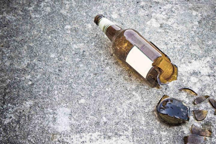 Ein 47-jähriger Angestellter wurde mit einer Bierflasche beworfen.