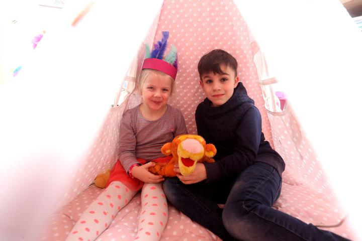 Das schönste Spielzimmer: Adrian (8) und Mariella Mättig (4) fühlen sich im Tipi pudelwohl.