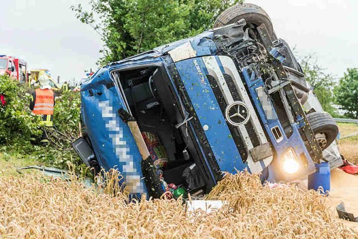 Der verunglückte Weizenlaster liegt im Getreidefeld.