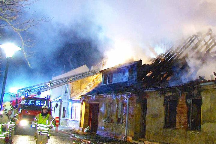 Die Flammen hielten etwa 50 Einsatzkräfte der Feuerwehr bis in die Nacht in Atem.