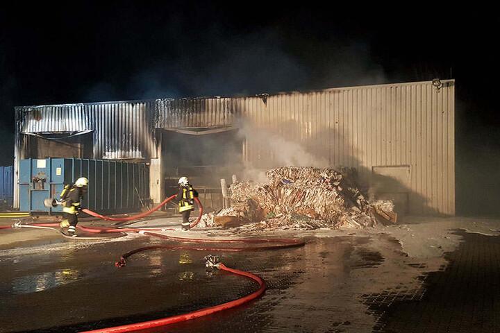 Dutzende Kameraden mussten anrücken, um eine Ausweitung der Flammen zu verhindern.