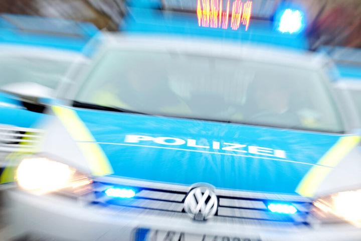 Polizeiautos sind mit Blaulicht im Einsatz.