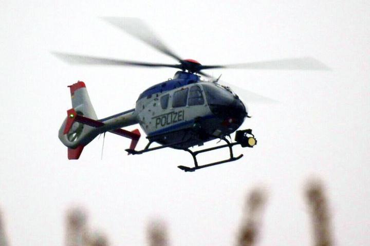 Die Polizei setzt seit 11 Uhr auch einen Hubschrauber ein, um das weitläufige Gelände per Kamera nach Personen abzusuchen.