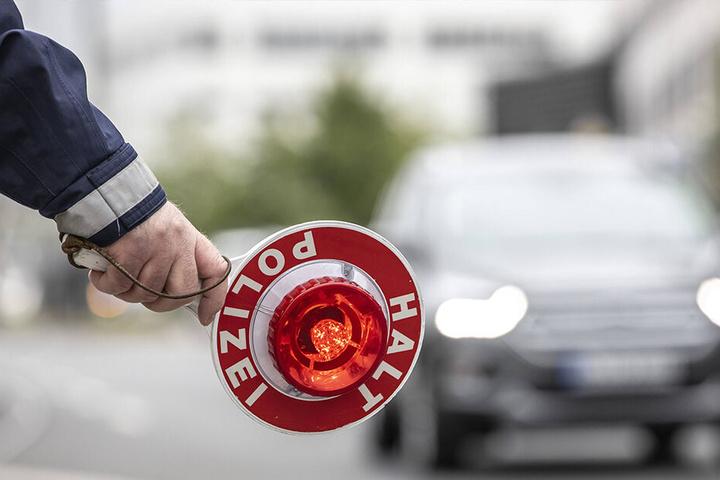 Mit einer roten Anhaltekelle soll der Lokalpolitiker auf der Autobahn agiert haben. Sie wurde allerdings auch bei einer Hausdurchsuchung nicht gefunden.