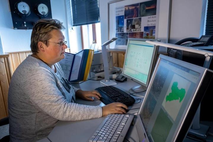 Meteorologin Claudia Hinz (46) gibt Messdaten in den Rechner ein. Am Dienstag übernehmen die Maschinen die Wetterwarte.