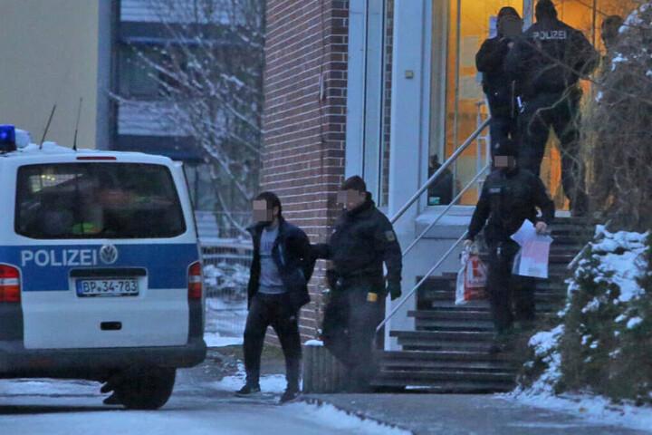 Ein Mann wurde an der Strehlener Straße festgenommen und abgeführt.