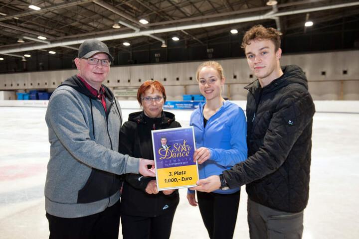 Eiskunstläuferin Lutricia Bock spendete die 1000 Euro für ihren dritten Platz dem Chemnitzer Eislaufclub.