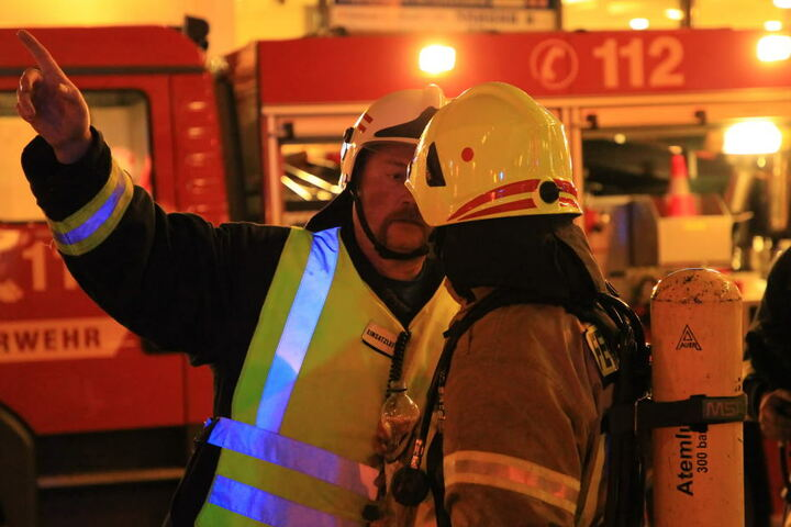 Dutzende Feuerwehrleute sind im Einsatz.
