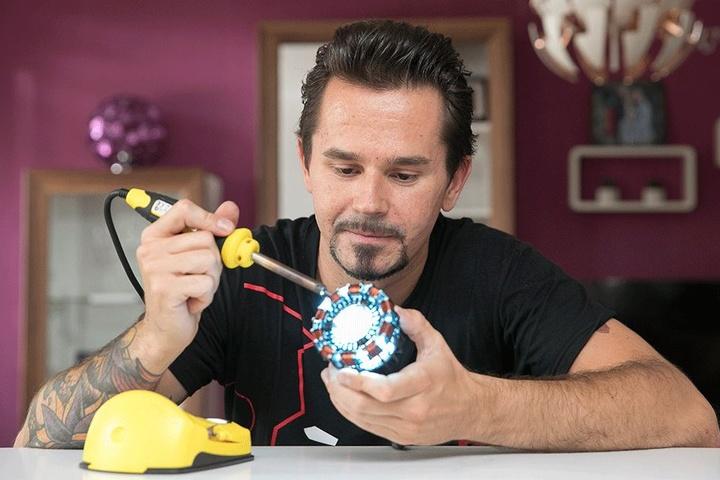 """Rund drei Jahre hat Rocco Zschuppe (31) an seinem """"Iron Man""""-Anzug gebaut. Dessen Herzstück und Energiequelle ist der """"Arc Reactor"""", an dem Zschuppe letzte Details anlötet."""