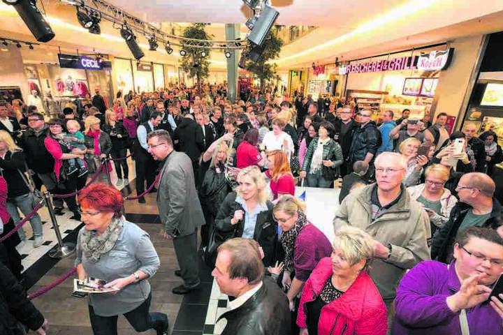 Der Kaiser und sein Volk: Das  gesamte Erdgeschoss des Elbeparks war von den Fans bevölkert.