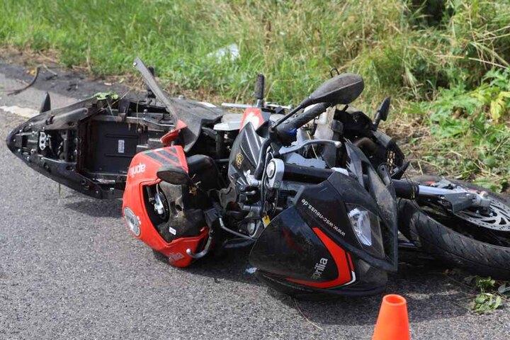 Das Motorrad wurde bei dem Crash schwer beschädigt.