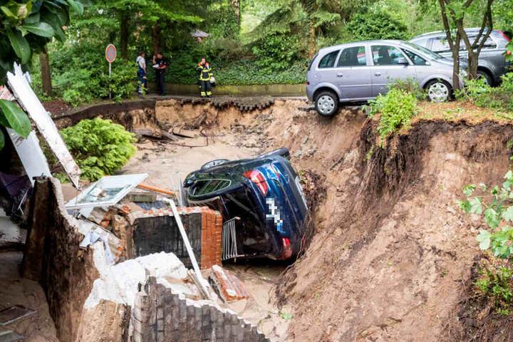 Mehrere Meter tief sackte der Boden an einem Haus in Lohbrügge ab und riss ein Auto mit sich.