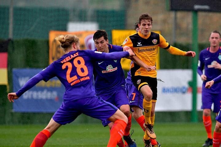 Jesper Verlaat (Bremen) versucht Niklas Hauptmann zu stoppen.