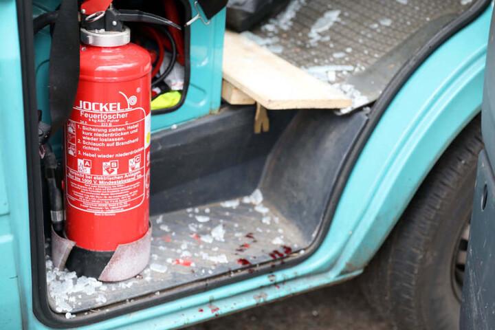 Auf dem Boden der Beifahrerseite liegen Scherben, Blutspritzer zeigen das Ausmaß der Verletzungen.