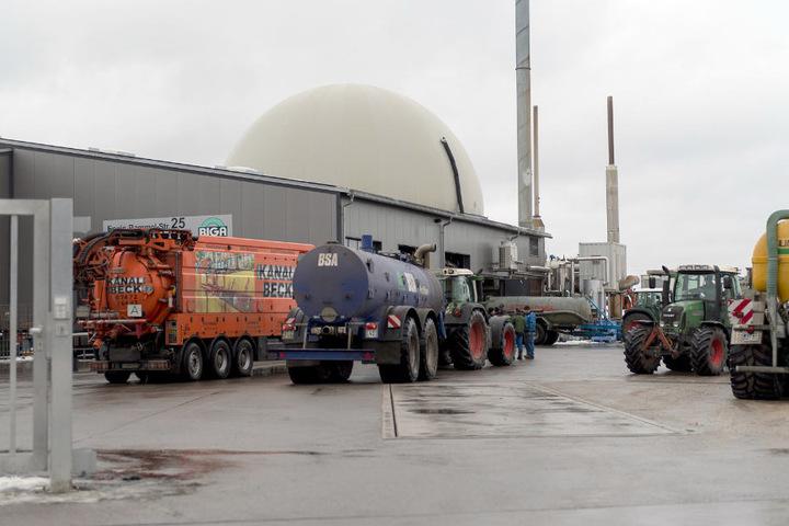 Die Biogasanlage in Engstingen im Januar 2017: Transportfahrzeuge für Gärflüssigkeit stehen auf dem Gelände. (Archivbild)