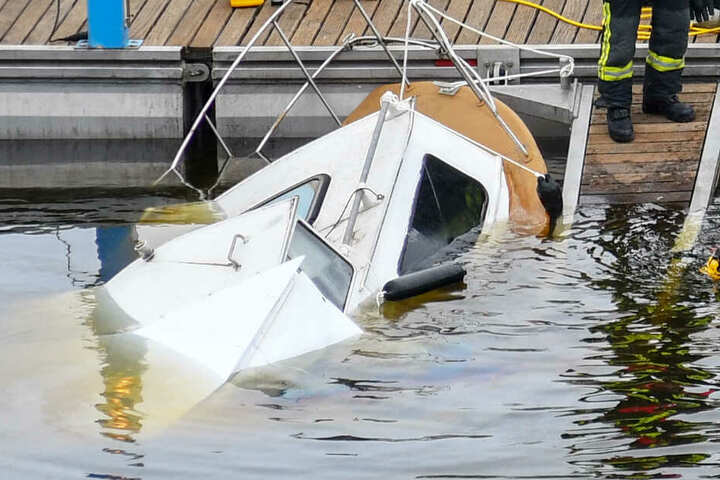 Direkt am Steg soff das Sportboot ab.