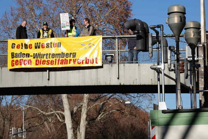 Auch auf der Brücke oberhalb der Messstation zeigten die Gelbwesten Flagge.
