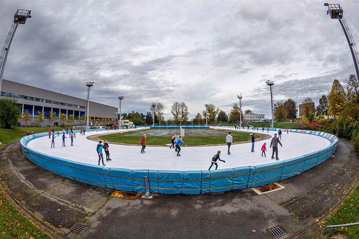 Samstag wurde die Eislaufsaison im Außenoval eröffnet.