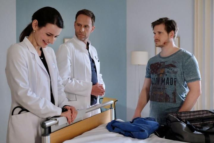 Handwerker Steffen Hartwig (r.) muss wegen einer Veränderung der Bauchschlagader operiert werden. Vorher besteht aber aber auf den Einsatz einer Schamanin, mit deren Hilfe er sich stärken will. Dr. Maria Weber (l.) kann es nicht glauben und bricht in Gelä