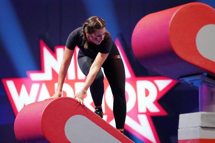 Die Sängerin plumpste bei Ninja Warrior zweimal ins Wasser, fiel von einem Hindernis.