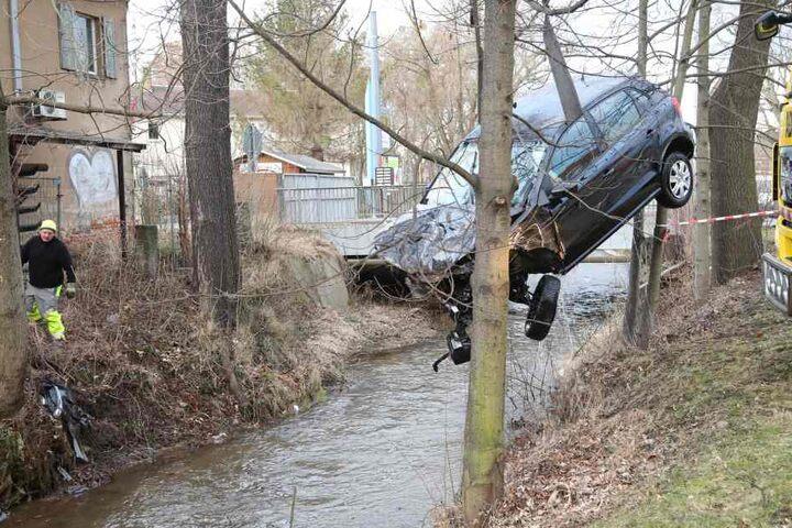 Das Auto musste aus dem Lockwitzbach geholt werden.