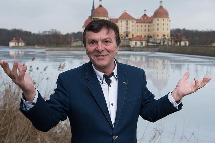 Seht her, da entstand mein größer Film: Tschechen-Star Pavel Travnicek (66) vor Schloss Moritzburg, wo er einst Aschenbrödel küsste.