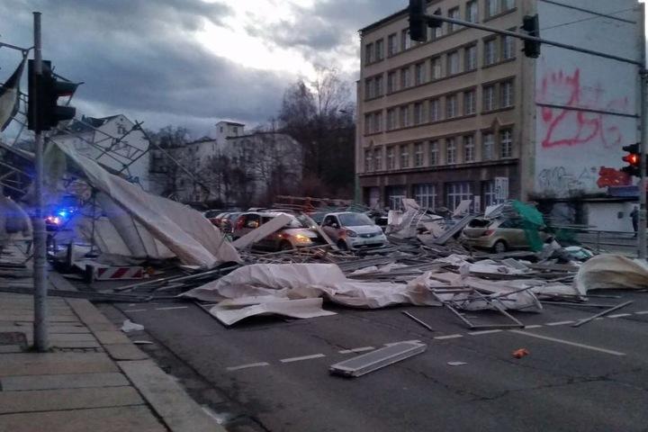 In Chemnitz stürzte ein Baugerüst auf Autos.