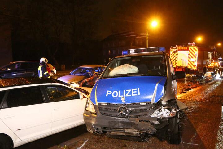 Ein Polizeiauto und ein Audi waren kollidiert.