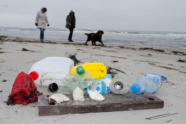 Am Ostseestrand zwischen Juliusruh und Glowe auf der Insel Rügen liegt am Strand gesammelter Müll.