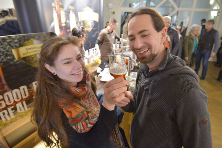 Für Gourmets: Franziska Loth und Christian Blumhagen (r., beide 32) testen das zehnprozentige Zwönitzer Pale Ale.