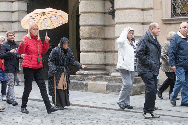 Eine ältere Frau musste für die Profibettler tagelang schnorren gehen. Jetzt griff das Ordnungsamt ein.