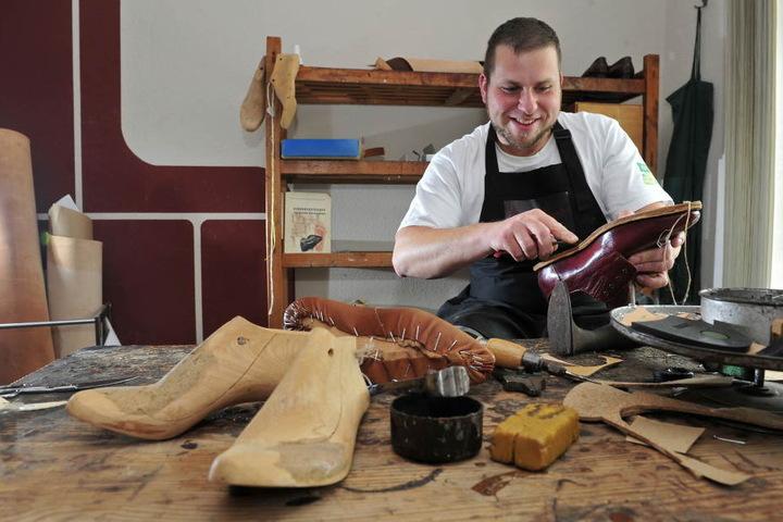 Schuhmacher Sebastian Schulze (32) bringt die Brandsohle in die richtige Form.