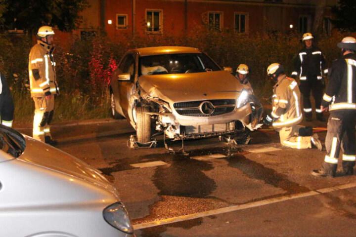 Der völlig demolierte Carsharing-Mercedes auf der Storkower Straße in Prenzlauer Berg.