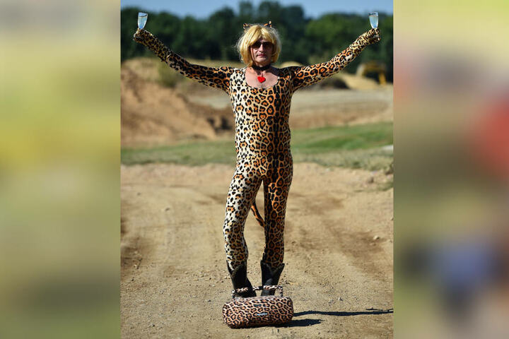 Dieser brüllend-komische Leopardenmann begleitete die Gäste mit weiblichem  Charme von einer Safari-Station zur nächsten.