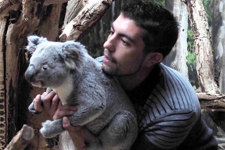 Tinaroo mit seinem Pfleger.