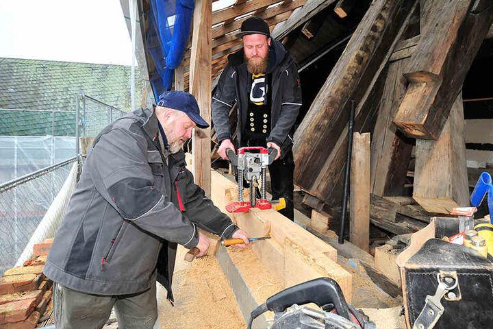 André Grosser (48) und Mirko Stoppe (30) tauschen die Balken im Dachstuhl aus.